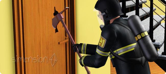 Feuerwehrmann beim Türeinschlagen
